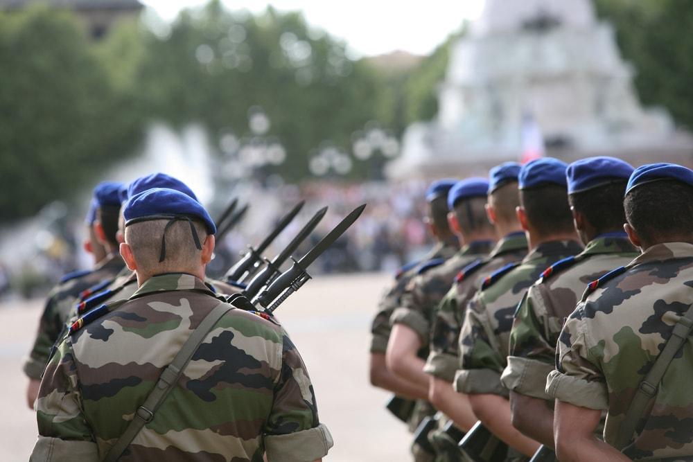 Un conducteur fonce dans une foule de militaire